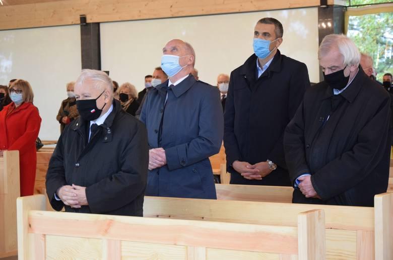 Jarosław Kaczyński przyjechał w sobotę na Podkarpacie. Wraz z parlamentarzystami i członkami rządu modlił się w Strachocinie [ZDJĘCIA]