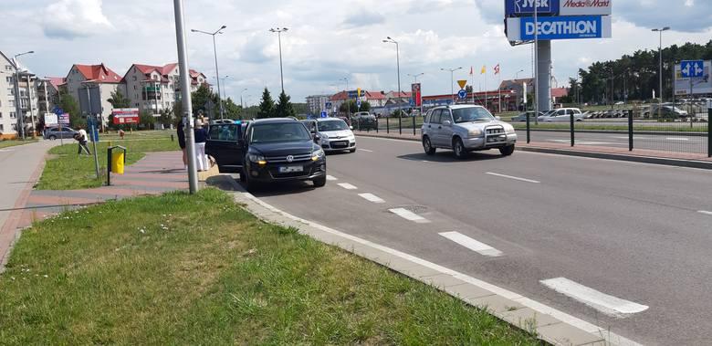 Ostrołęka. Zderzenie dwóch aut na rondzie Zbawiciela Świata