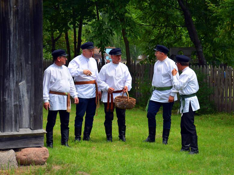 Kompania Męska z Kalinówki Kościelnej wykonuje konopielki w tradycyjnych ludowych strojach (czapka maciejówka, koszule przepasane wstęgą, buty ofice