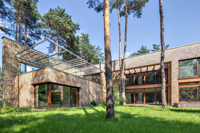 Do realizacji willi wykorzystano materiały naturalne: kamień i drewno