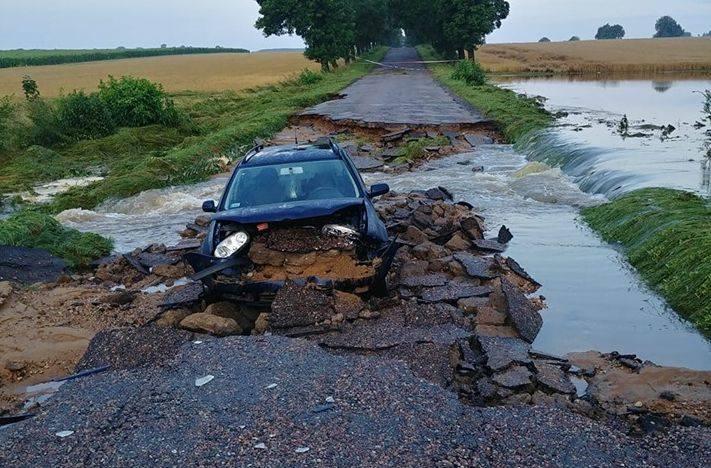 Nawałnice przeszły przez powiat moniecki. Droga Mońki - Kalinówka Kościelna została przerwana przez potok rzeki [ZDJĘCIA] 23.07.2019