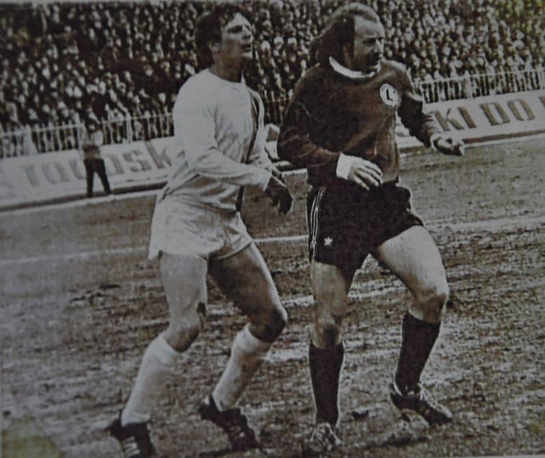Jerzy Gołębiowski (z lewej) w pojedynku ze słynnym skrzydłowym Robertem Gadochą. Jeden mecz zagrali wspólnie w sparingu kadry. Polska wygrała 5:0 z MSV Duisburg.