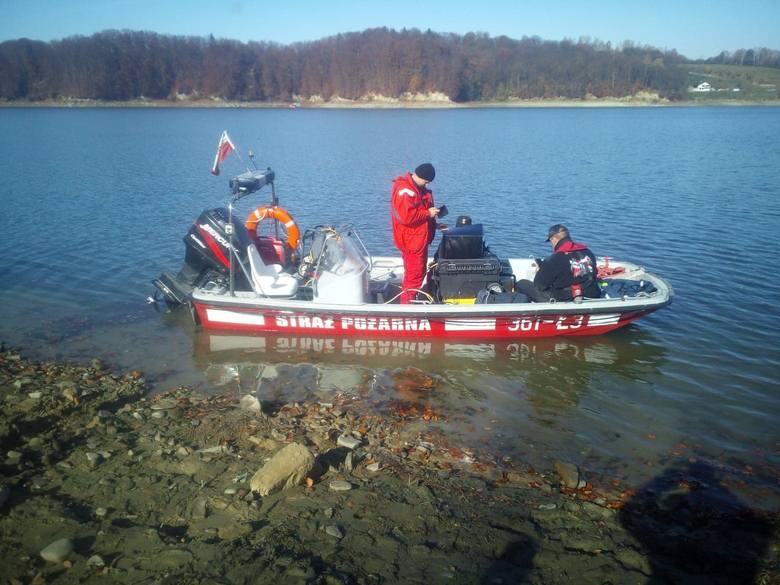 Strażacy nurkowie z Przemyśla przy pomocy sonaru sprawdzali w poniedziałek Jezioro Solińskie. Policjanci poszukują zaginionej 43-letniej Małgorzaty Kotkowskiej