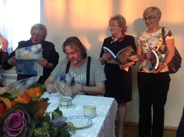 Eugeniusz Kurzawa pisze dedykacje do wydanych książek podczas II Forum Seniorów Regionu Kozła w Babimoście