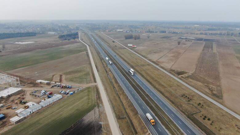 Grupa ponad 50 osób utknęła w upale na autostradzie A1 w okolicach Włocławka, bo popsuł się autokar.