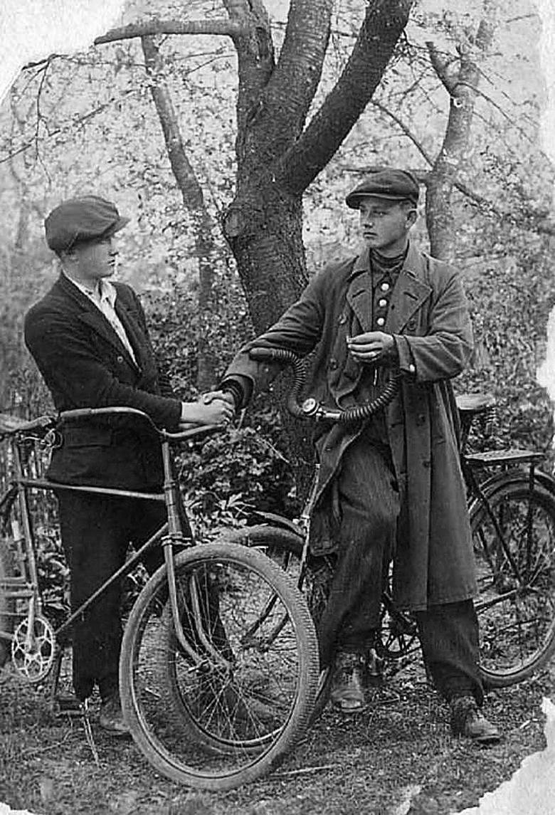 Władysław Filar (z prawej), późniejszy profesor Akademii Sztabu Generalnego, ze swoim kolegą, Ukraińcem Wasylem Martyniukiem, który pomógł mu w ucieczce przed banderowcami.<br /> <br />