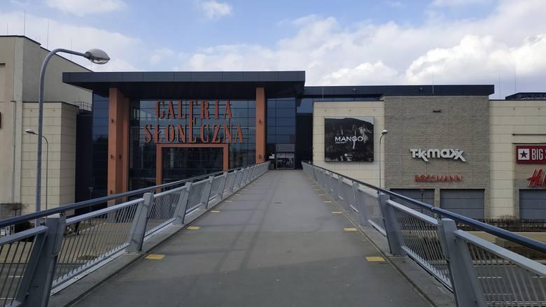 Galeria Słoneczna w Radomiu jest otwarta, i choć nie ma w niej tłumów, czynne są punkty takie jak market spożywczy, drogerie, pralnia czy sklep zoologiczny.