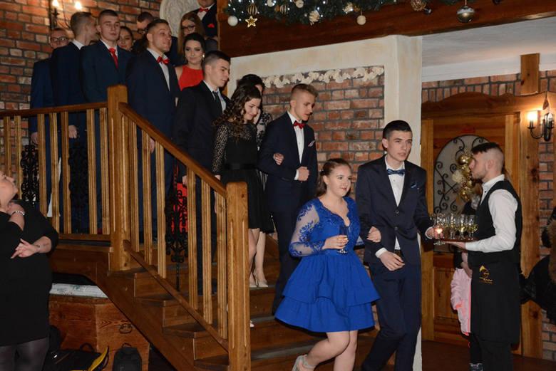 Uczniowie z Zespołu Szkół Ponadgimnazjalnych w Drawsku Pomorskim bawili się na studniówce w Tarnowie. W balu uczestniczyli tegoroczni maturzyści z klasy