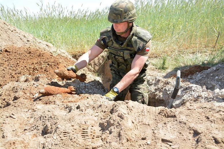 Niebezpieczne znalezisko w Piasecznie. Saparzy wykopali 67 granatów [zdjęcia]
