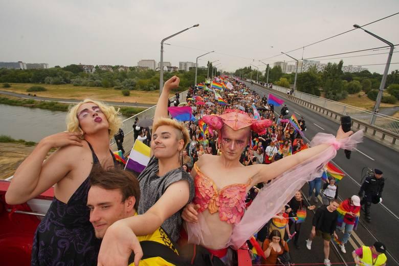 Tegoroczny Marsz Równości jest szesnastym w historii, który przechodzi ulicami Poznania. Rozpoczął się o godz. 14 w sobotę, 6 lipca na Moście Rocha.