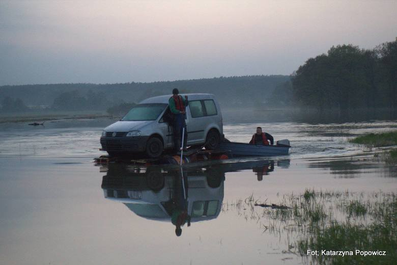 Akcja ratowania samochodów odciętych przez wodę przy ujściu Jezierzycy do Odry