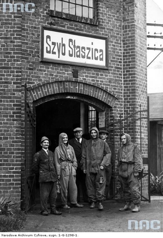 """Pracownicy kopalni srebra i ołowiu w Tarnowskich górach przed szybem """"Staszic"""""""