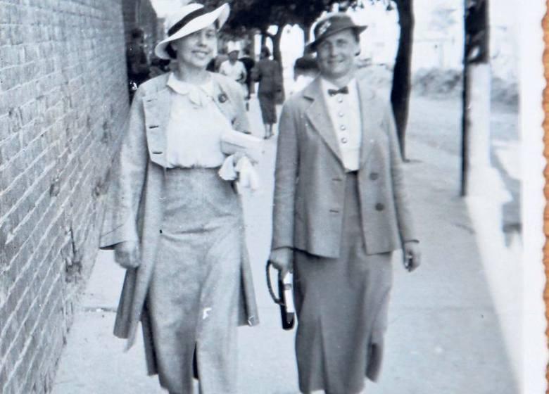 Spódnice sięgające połowy łydki to styl lat 30. Na odwrocie dopisek: mur przy kościele Farnym, 10 czerwca 1937 r.
