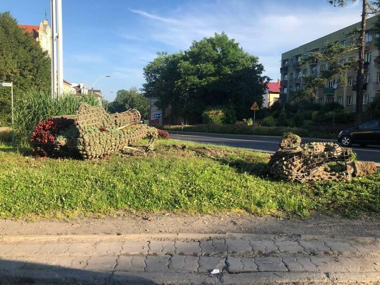 Dwa zielone słonie stojące w centrum Przeworska mają blisko 50 lat. Stały się już symbolem tego małego miasta. Niejednokrotnie padały jednak ofiarą wandala.