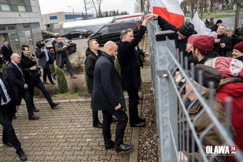 Prezydent Duda spotkał się z wyborcami. Przez płot