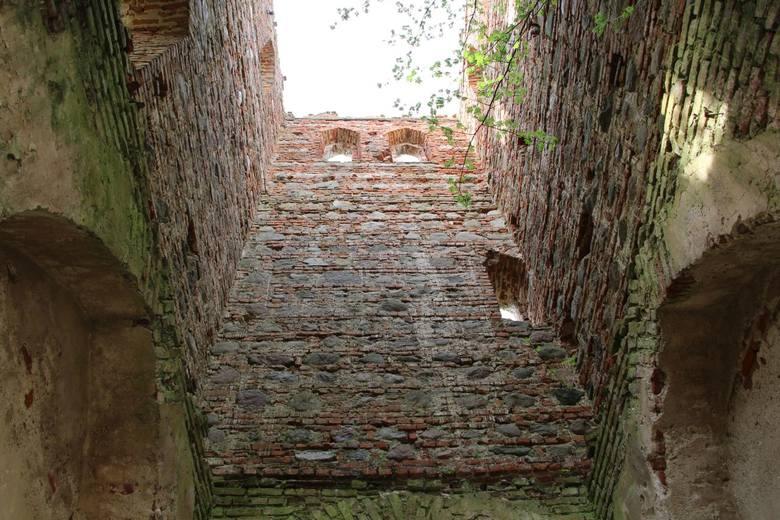 MieruniszkiCiekawą atrakcją są ruiny gotycko-renesansowego kościoła ewangelickiego z lat 1695-1710 spalonego w 1945 roku, które znajdują się w Mieruniszkach