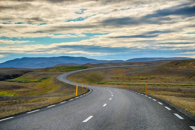 Route 1, IslandiaJeśli chcecie doświadczyć czegoś zupełnie innego niż na południu Europy, wybierzcie się na Islandię. Najdłuższa droga okalająca wyspę
