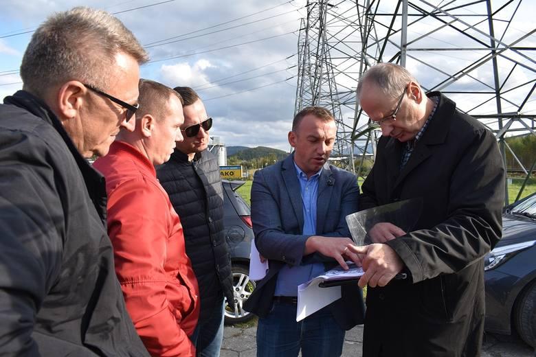 Od prawej: Krzysztof Kurzeja - dyrektor Wydziału Geodezji i Nieruchomości Urzędu Miasta Nowego Sącza, Adam Konicki - dyrektor Miejskiego Zarządu Dróg,
