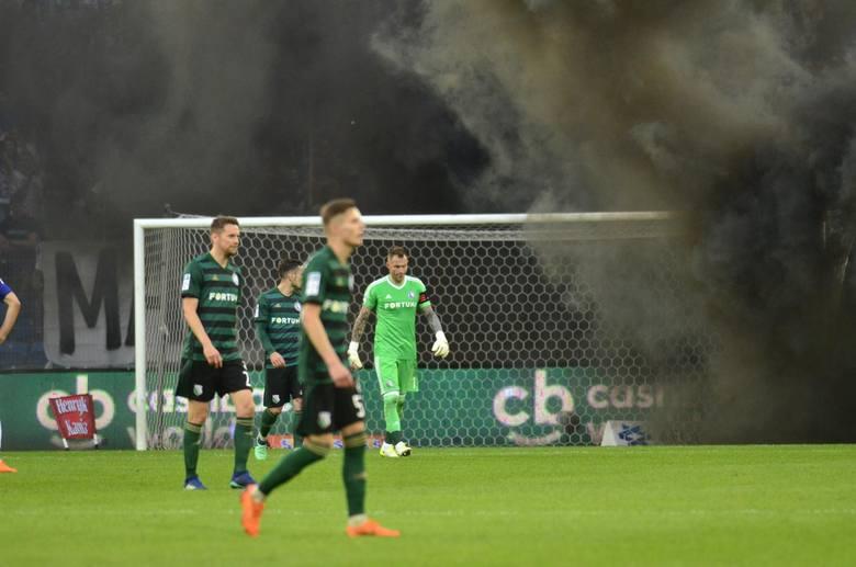 Ostatni mecz w Poznaniu między Lechem a Legią został przedwcześnie zakończony przez zamieszki kibiców gospodarzy. Do tego czasu zespół z Warszawy prowadził