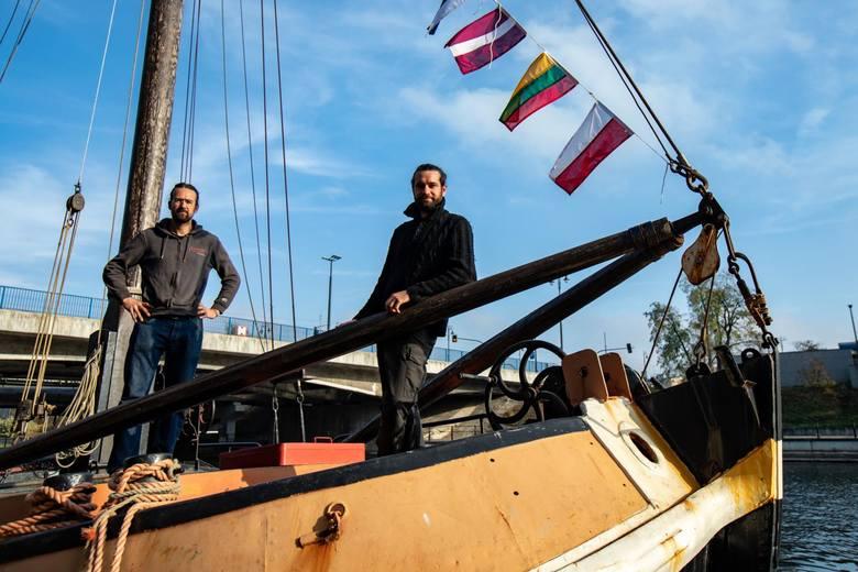 """Od ponad tygodnia barka """"Navis"""", którą w rejs po Europie wyruszyli francuscy podróżnicy, cumuje na Brdzie. Żeglarzy zaskoczył... remont śluzy Okole."""