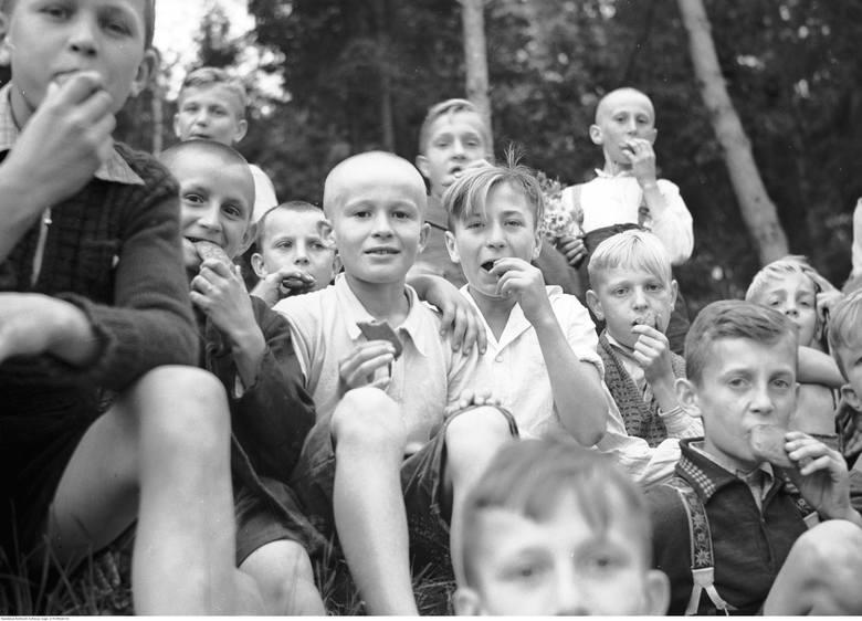 Przygotowaliśmy dla was galerię archiwalnych zdjęć z dziecięcej codzienności. Niektórym z was na pewno zakręci się łezka w oku! Pamiętacie takie dzieciństwo?Kolonie