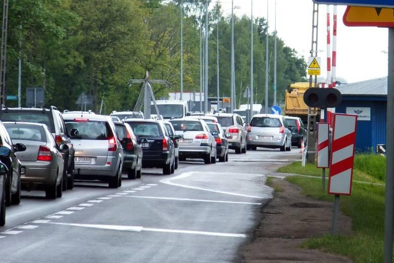 Teraz przejazd przez tory tamuje przepustowość trasy wylotowej do Warszawy. Kierowcy mają do dyspozycji tylko jeden pas w jedną stronę. To ma się zmienić