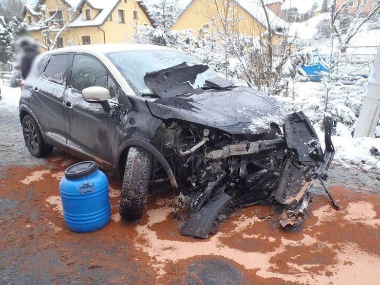 Łazy Biegonickie. Czołowe zderzenie aut. Ofiara wypadku w szpitalu [ZDJĘCIA]