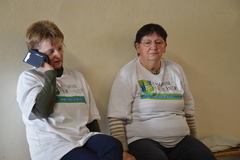 Maria Koschny nie rozstawała się z telefonem. - Trzeba wydawać instrukcje co do obsługi domu - uśmiecha się. Obok niej siedzi Małgorzata Nalewaja (75 lat), pogotowie zabierało ją z głodówki dwa razy.