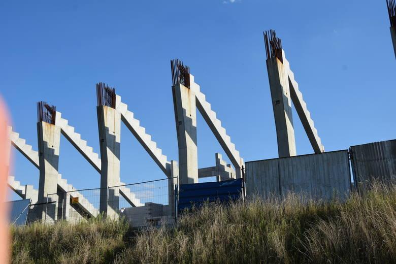 W czwartkowe popołudnie nikt nie pracował przy budowie nowego stadionu Radomiaka przy ulicy Struga 63. Patrząc na trybunę północną, której demontaż jest