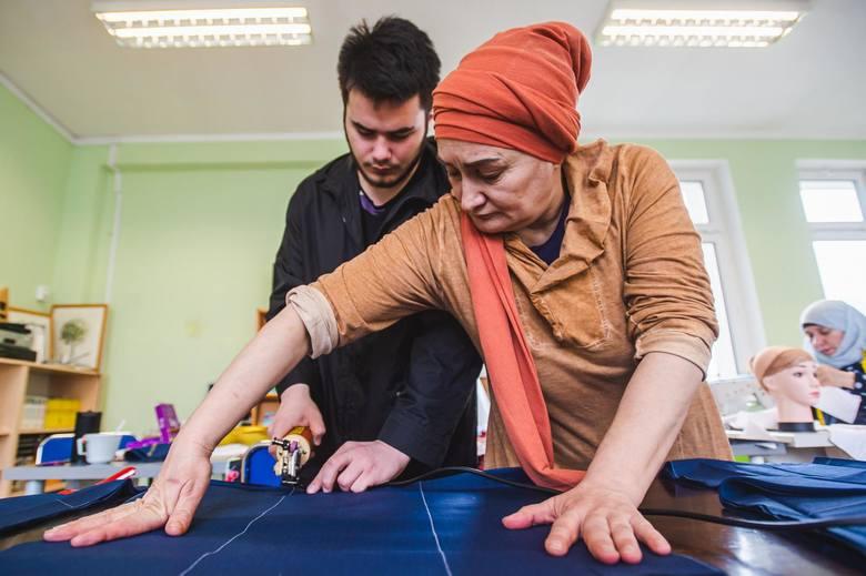 Uchodźczynie z Czeczenii wraz z grupą gdańszczanek hurtowo szyją maseczki ochronne dla polskich szpitali walczących z koronawirusem