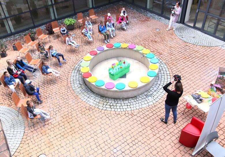 Jedne z pierwszych zajęć przeprowadzonych na patio biblioteki po poluzowaniu epidemicznych obostrzeń