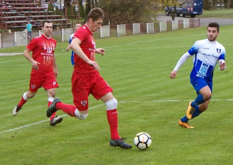 Orzeł Przeworsk (czerwone stroje) mimo, kłopotów na początku meczu pewnie wygrał z MKS Kańzuga.