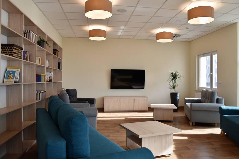 Dem seniora Pogodna Jesień w Opolu. Na otwarciu prezentowano mieszkania i sale do całodobowej opieki, a także pomieszczenia do integracji i rehabili