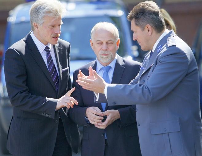 To jak ma być: najpierw dajemy chleb czy sól?Od lewej: prezydent Poznania Ryszard Grobelny, wojewoda wielkopolski Piotr Florek i komendant wojewódzkiego