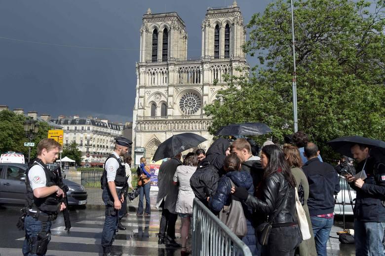 """Paryż: mężczyzna zaatakował policjanta. Napastnik został postrzelony. """"To za Syrię!"""""""