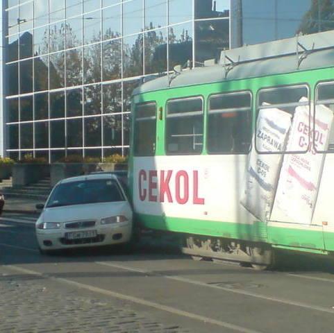 Gorzów Wlkp: Samochód wjechał pod tramwaj (mapa)