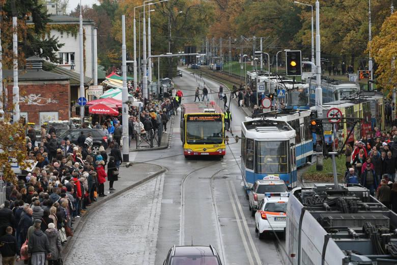 Tradycyjnie w okresie Wszystkich Świętych wprowadzone zostaną zmiany w organizacji ruchu wokół wrocławskich cmentarzy. W tych dniach zostaną również