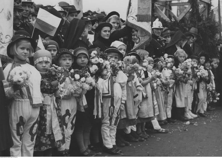 Dzieci w strojach ludowych. Cieszyn, 1938 rok.