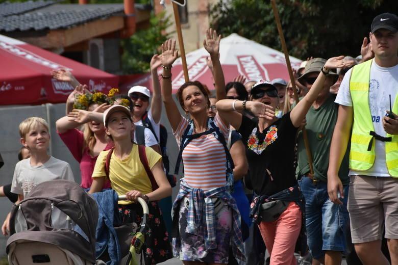 Aż 600 uczestników 16. świdnickiej pielgrzymki od kilku dni zmierza na Jasną Górę do Częstochowy. W sobotę pokonali 32 kilometry trasy odwiedzając po