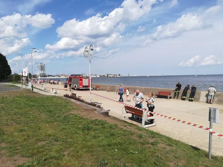 W sobotę 11.08.2018 r. okazało się, że oleista substancja w Bałtyku na wysokości Bulwaru Nadmorskiego w Gdyni to mazut. Zamknięto kąpielisko Gdynia
