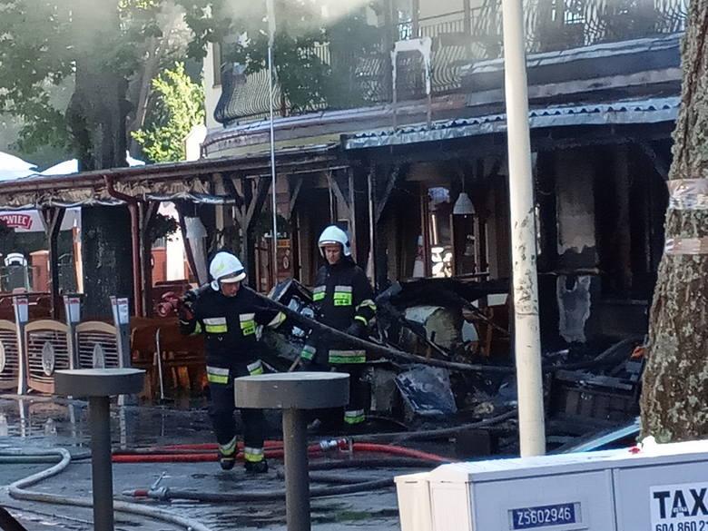 W niedzielę (22.06) nad ranem w Rowach doszło do pożaru jednego z lokali gastronomicznych. Ogień strawił część ogródka gastronomicznego. Na miejscu zdarzenia