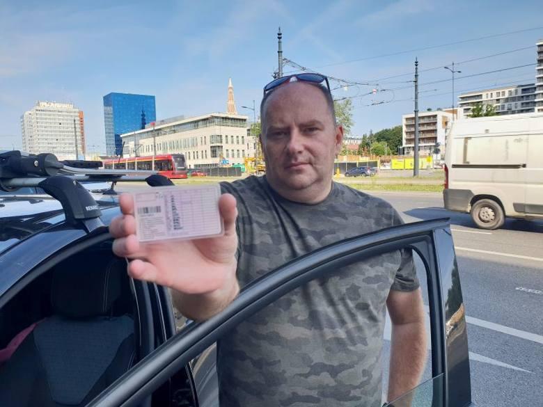 Łodzianin, Dariusz Kozłowski, stracił prawo jazdy po tym, jak ruszył w pościg za kierującą, która spowodowała kolizję w centrum Łodzi i uciekła z miejsca
