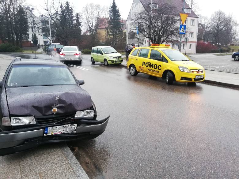 W poniedziałek przed południem na ulicy Młyńskiej w Koszalinie doszło do zderzenia dwóch samochodów osobowych. Na szczęście nikomu nic się nie stało.Zobacz