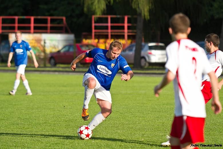 Piłkarze Stali Sanok (niebiesko-białe stroje) pokonali Polonię Przemyśl 3-1 w pierwszym meczu finału Pucharu Polski na szczeblu wojewódzkim. Rewanż 26