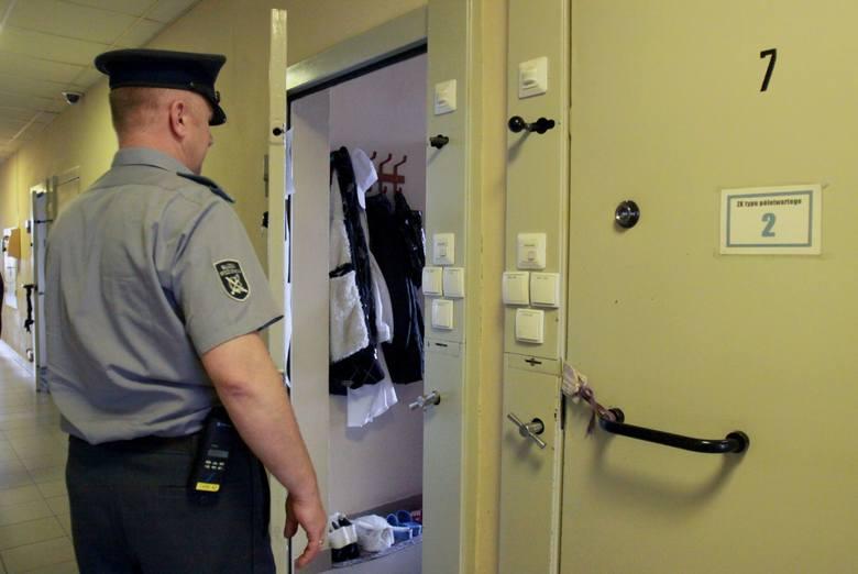 Jak to się stało, że pilnujący cel strażnik nie zauważył,  że młody człowiek chce odebrać sobie życie? Zdjęcie ilustracyjne