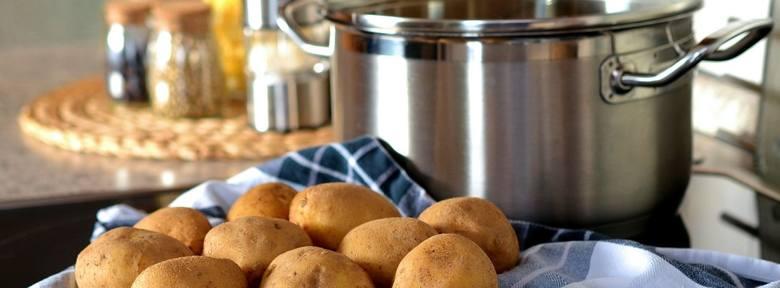 Zupa ziemniaczana.Ugotować smak z włoszczyzny, biorąc: 3 marchwie, 2 pietruszki, 1 seler, 1 por, parę ziarnek pieprzu, listek bobkowy i soli do smaku.