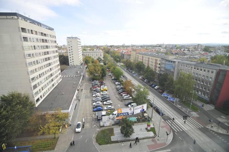 Obecny parking na działce, która miałaby zamienić się w Rynek Krowoderski