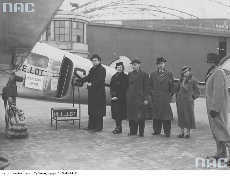 """Pasażerowie przed odlotem samolotu Lockheed L-14 Electra do Lwowa.   <font color=""""blue""""><a href=""""http://www.audiovis.nac.gov.pl/obraz/86722/f9a2ce542e1618297cea3b5da164690f/""""><b>Zobacz zdjęcie w zbiorach NAC</b></a> </font>"""
