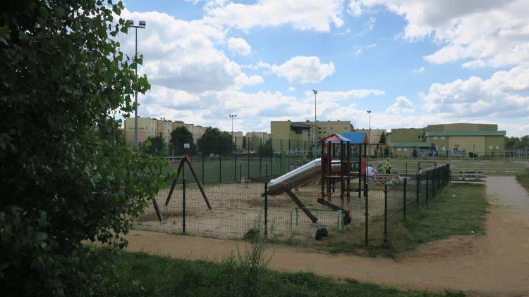 Urząd Miasta Bydgoszczy informuje, że zlecił prace związane z przebudową istniejącego placu zabaw na osiedlu Tatrzańskim. Na terenie Szkoły Podstawowej