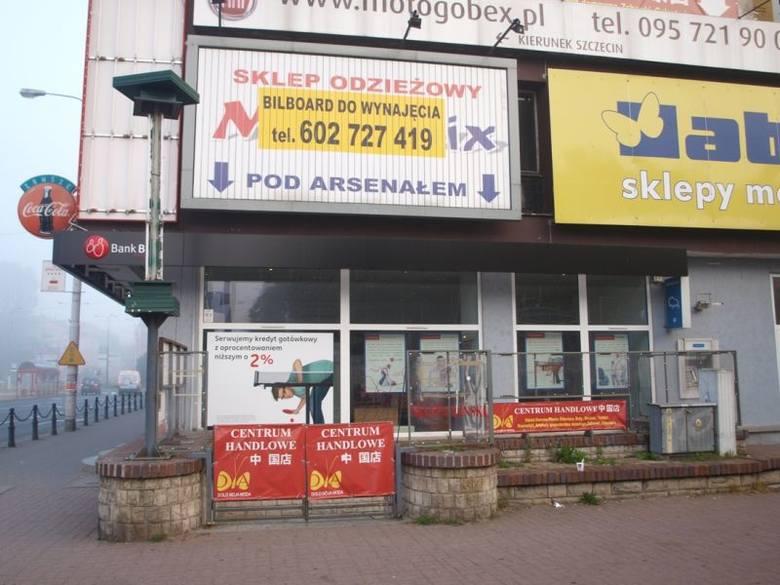 W mieście jest mnóstwo szyldów, reklam i plansz